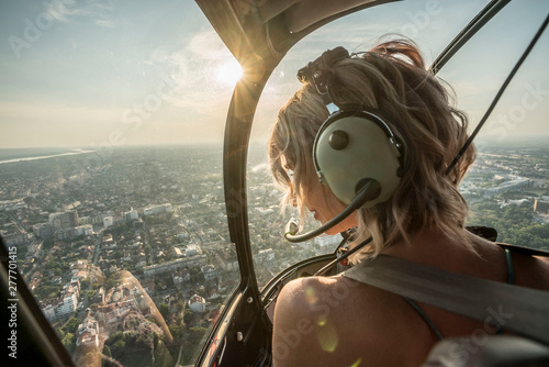 Photographie Portrait of beautiful blonde women enjoying helicopter flight