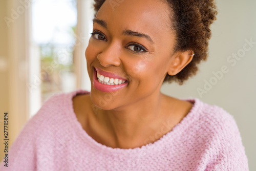 Poster Ecole de Danse Beautiful young african american woman smiling confident to the camera showing teeth