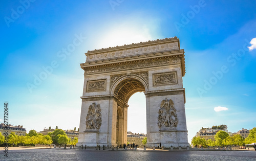 Valokuvatapetti Nice view of the Arc de Triomphe de l'Étoile, one of the most famous and popular monuments in Paris