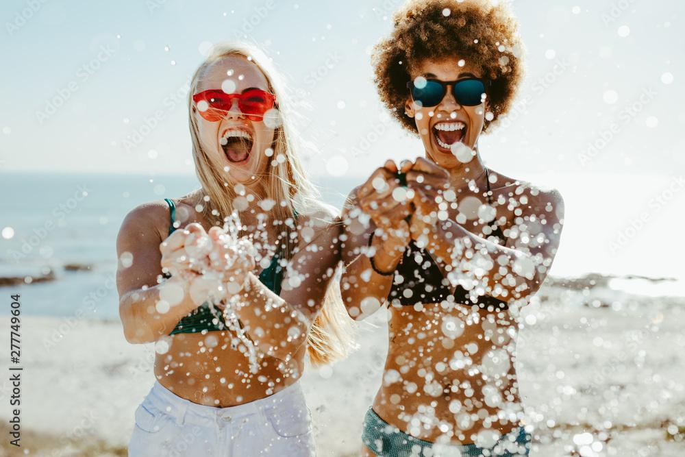 Fototapety, obrazy: Best friends having fun on beach holiday