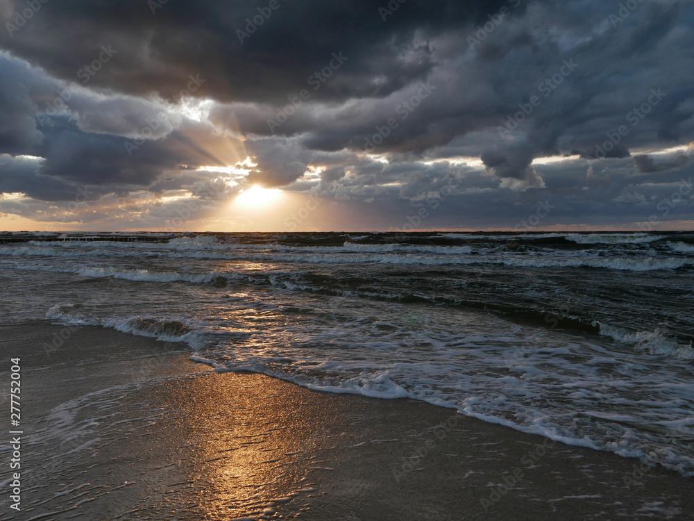 Fototapeta Morze zachód słońca - dramatyczne niebo