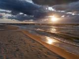 Morze zachód słońca - plaża fale i słońce