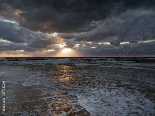 Obraz Morze zachód słońca - chmury i światło - fototapety do salonu