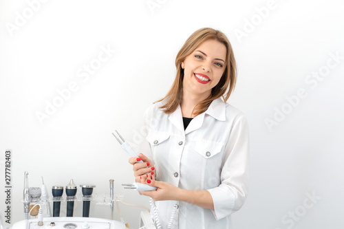 Photo Portrait of a young smiling beautiful girl of a professional beautician at the w