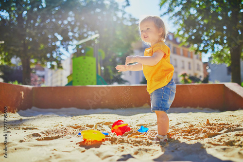 Photo  Adorable little girl on playground on a sunny day