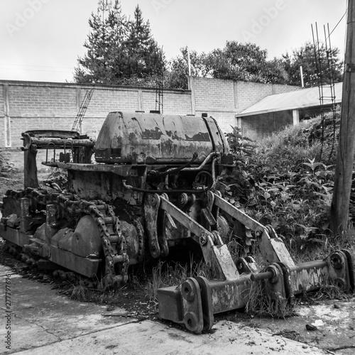 Fototapety, obrazy: bulldozer y maquina de construcción oxidada abandonada