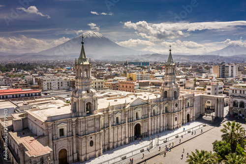 Photo Aerial drone view of Arequipa main square and cathedral church, with the Misti volcano as background