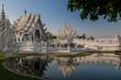 canvas print picture - Weisser Tempel in der Abendsonne mit Schatten und Wasserspiegelung, Chiang Rai Thailand