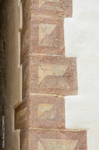 Fotografija Ecksteine als Bossensteine bemalt mit dreidimensionalem Motiv an einem schön res