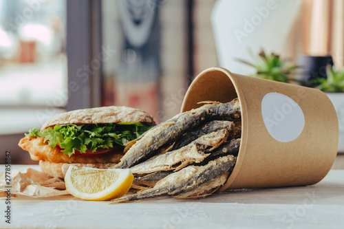 Poster Pays d Europe grilled sea fish with lemon wedges street food in box on wooden background