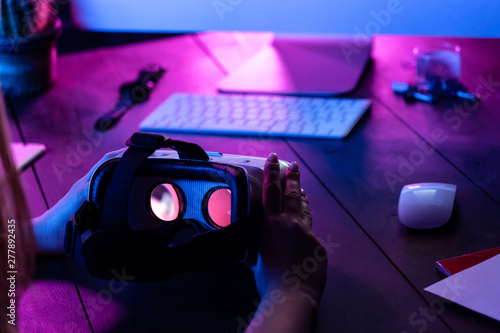 Photo  Female hands hold 3d 360 vr headset glasses goggles at work table computer backg