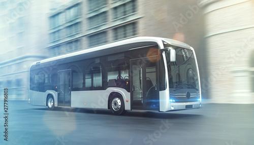 Obraz Elektrischer Bus fährt schnell durch eine Stadt - fototapety do salonu
