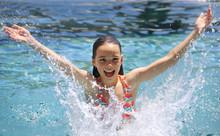 Ein Mädchen Planscht Im Wasser