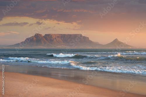 Naklejka premium Sunset Beach w pobliżu Kapsztadu. Widok na Górę Stołową