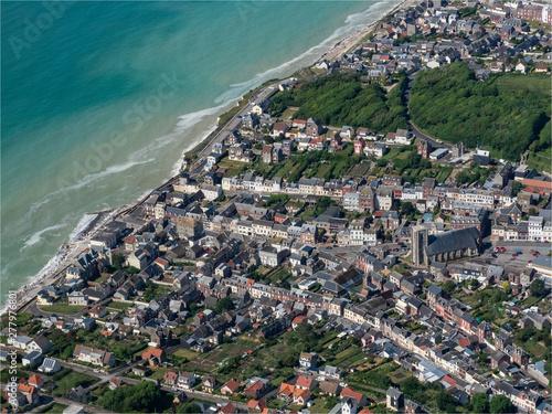Obraz na plátně vue aérienne de la ville d'Ault dans le département de la Somme en France