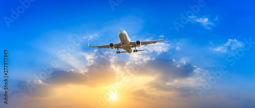Spoed Foto op Canvas Vliegtuig Airplane in the sky at sunrise