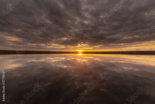 Fotografia  picturesque view of endless seascape with sunset reflecting on mirror water surf