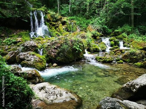 wilder Wasserfall in den Alpen