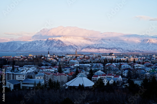 Obraz na plátně Beautiful mountain view over Reykjavik city during sunsetin winter with view fro