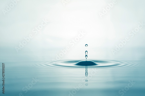 Foto auf Leinwand Wasserfalle Water droplets on surface water background