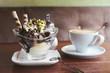 canvas print picture - Italienisches Eis Becher mit Schokolade und Cappuccino Kaffee