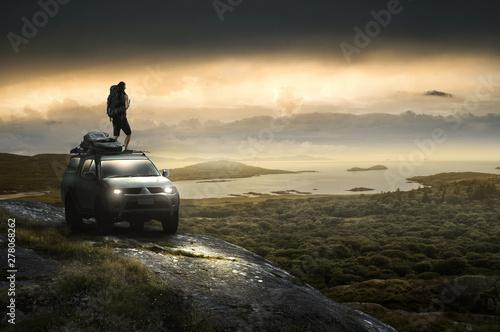 Fotografie, Obraz  Mann steht auf Geländewaagen an der Küste