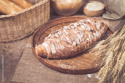 Montage in der Fensternische Brot Freshly baked bread