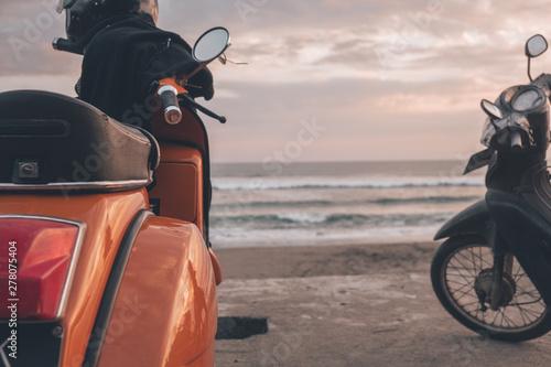 Moto aparcada frente al mar al atardecer
