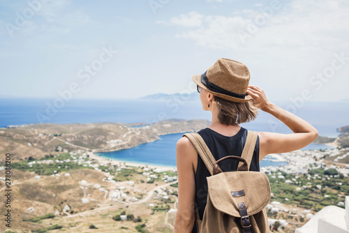 Pinturas sobre lienzo  Young woman traveler looking at the sea in Greece