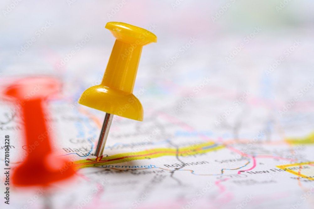 Fototapeta Red and yellow Pushpins on a map