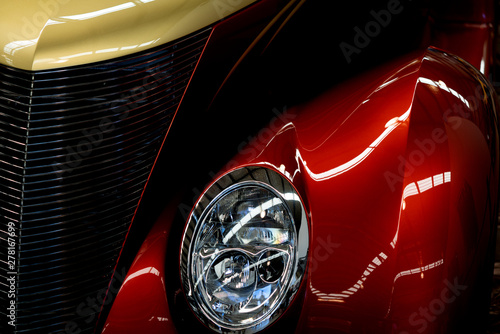 Cadres-photo bureau Vintage voitures Close Up Of Red And Yellow Classic Car Headlight