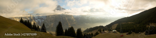 Fototapeta Bergpanorama mit wolkenbehangenen Berggipfeln