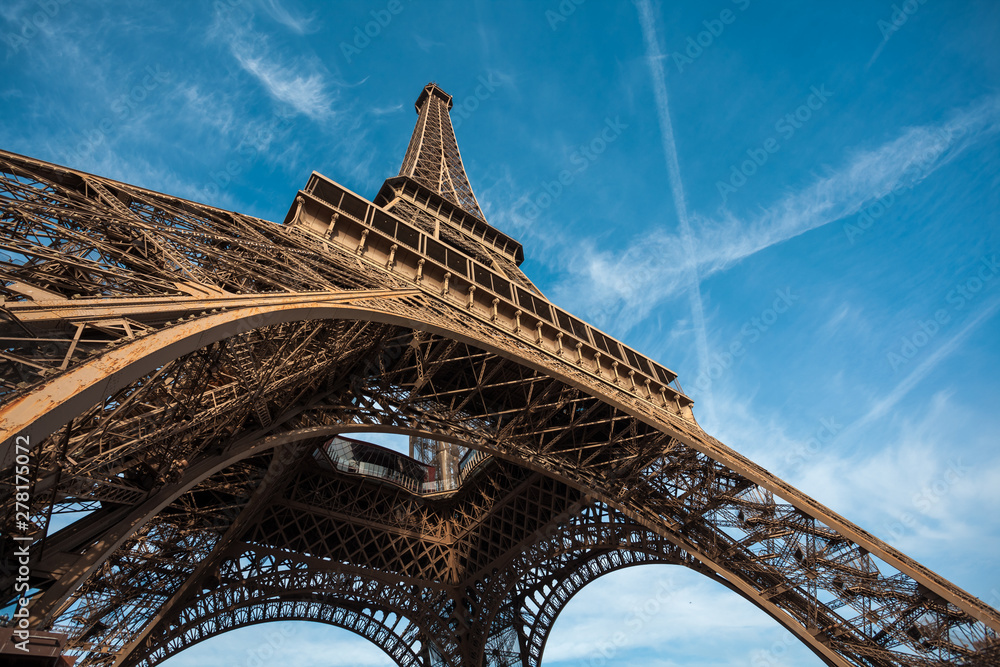 Fototapeta Wide shot of Eiffel Tower with blue sky, Paris, France. - obraz na płótnie