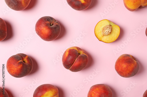 Fotografia Flat lay composition with sweet juicy peaches on pink background