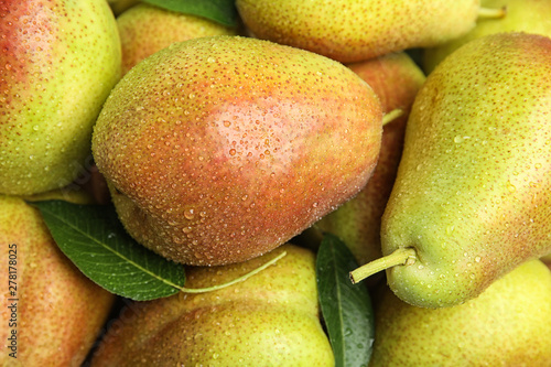 Photo Many ripe juicy pears with water drops as background, closeup