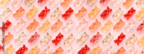 Pinturas sobre lienzo  Flat lay composition with delicious jelly bears, jelly bears pattern on pink bac