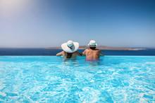 Paar Mit Sonnenhüten Genießt Den Sommerurlaub In Einem Infinity Pool Mit Aussicht Auf Das Meer