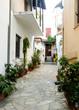 kleine gasse in einem griechischen dorf