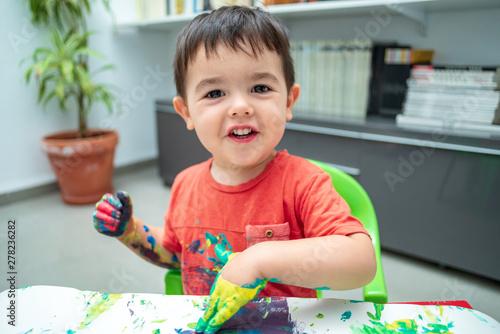 Photo  Niño con la  cara llena de pintura 33