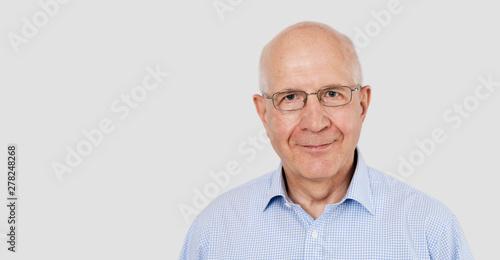 Fotografiet  Portrait of senior man with glasses