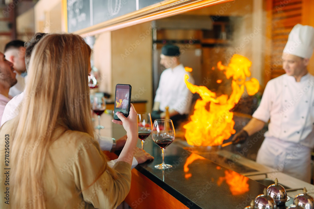 Fototapety, obrazy: The chef prepares food in front of the visitors in the restaurant