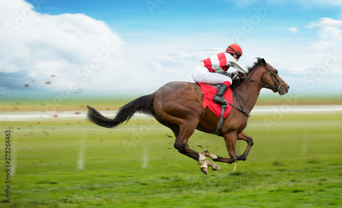 Photo Stands Akt Race horse with jockey on the home straight. Shaving effect.
