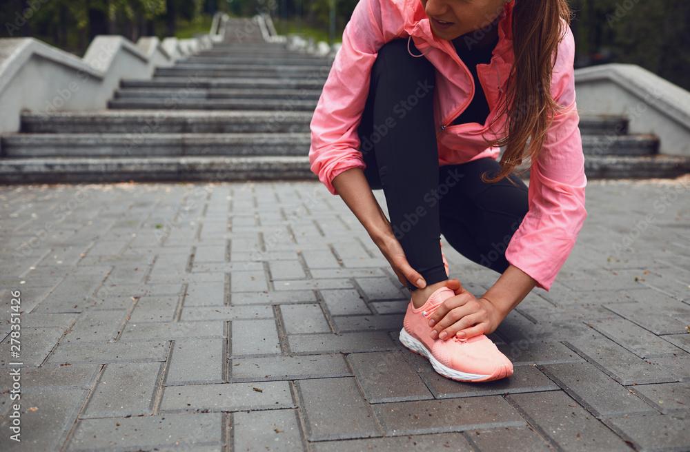 Fototapety, obrazy: Injury leg runner on a run.