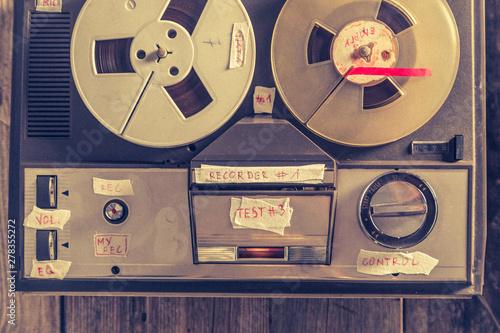 Retro audio reel recorder w...