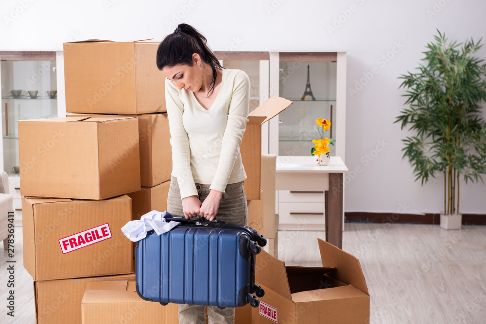 Fototapety, obrazy: Young woman moving to new flat