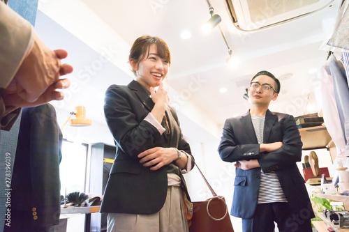 Photo 商品の説明を聞く若いカップル(販売・セールス・ショッピング)
