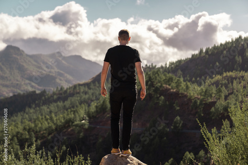 Türaufkleber Rosa dunkel Happy young tall man from behind standing and enjoying life in the mountains of gran canaria, canary islands, spain