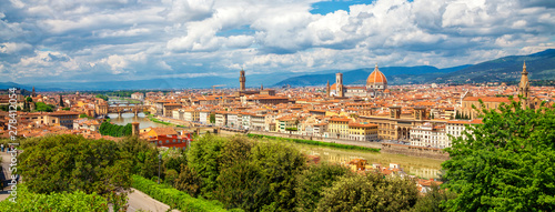 Cadres-photo bureau Florence Panorama of Florence. Saint Mary of the Flower in Florence and medieval stone bridge Ponte Vecchio over Arno river in Florence, Tuscany, Italy. Florence cityscape. Florence architecture and landmark.
