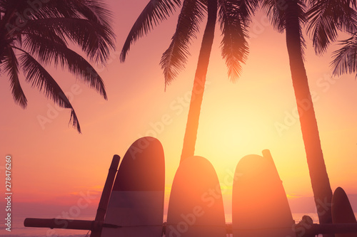 Montage in der Fensternische Hochrote Surfboard and palm tree on beach background.