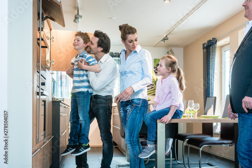 Poster Ouest sauvage Family looking at a new kitchen in the showroom